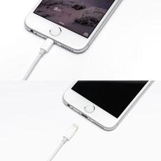 Appleのケーブル・アクセサリーと同じなシロで、アプッル製品と一体感を感じさせます。